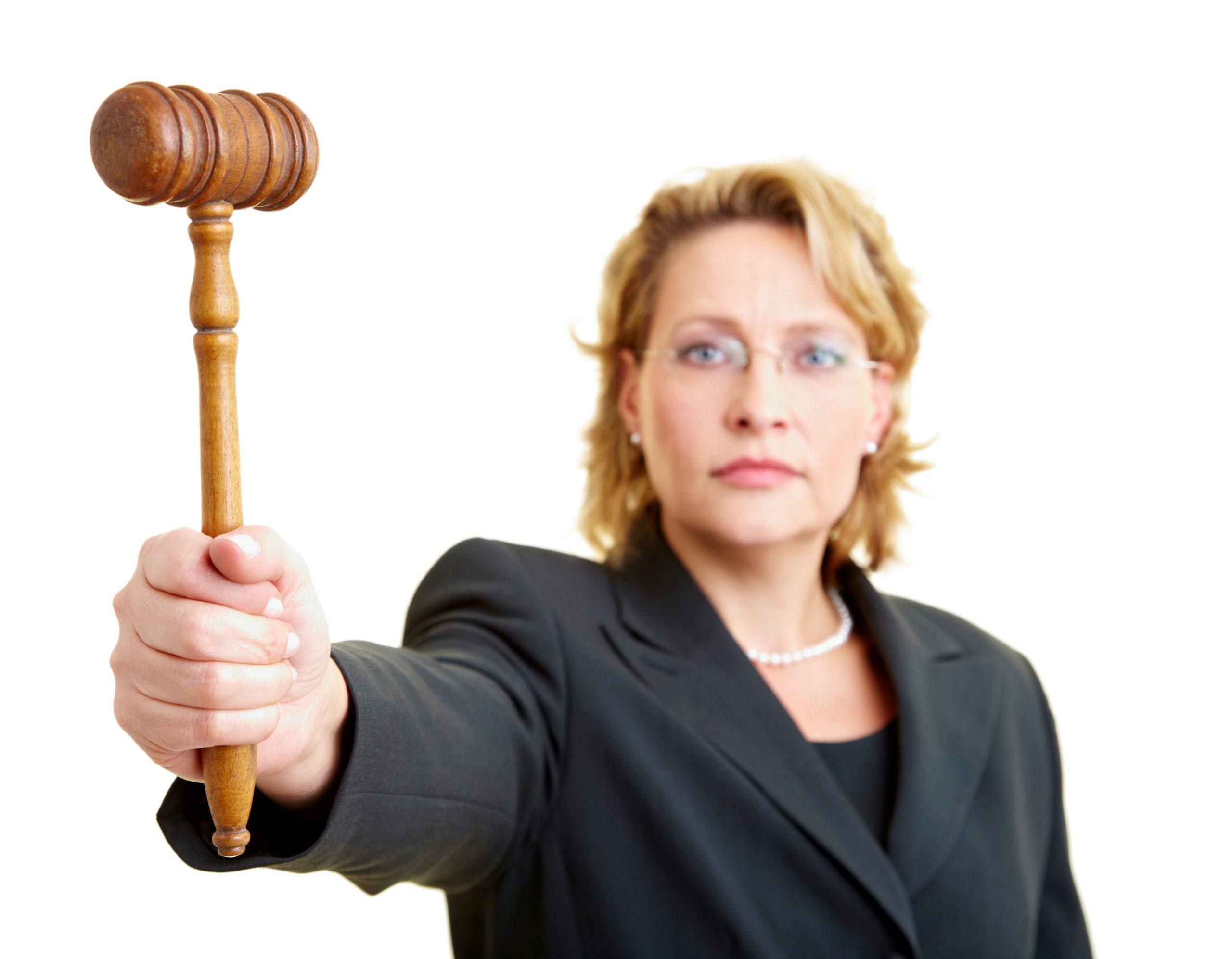 Richterin hält Richterhammer